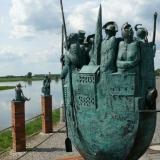 3 Bronzeskulpturen auf Klinkersockeln